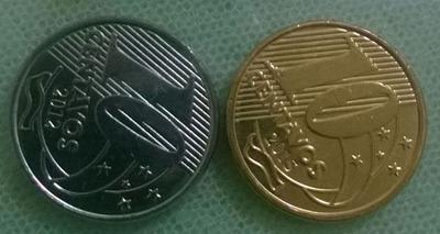 Duas moedas de 10 centavos, a esquerda esta na cor original, a da direita já esta com o eletrorrevestimento e por isso é dourada