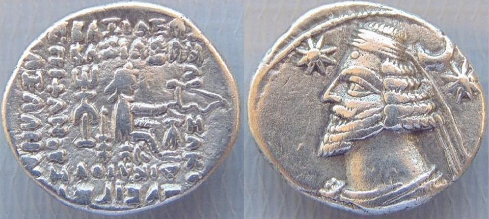 Início Dracma de Orodes II - Reinado Partiano 57-38 aC Dracma de Orodes II - Reinado Partiano 57-38 aC Cunhagem de Ekbatana 3,20 g; 19 mm. Anverso: Busto Diademado à esquerda; Estrela de seis raios para a esquerda; Para a direita, crescente acima da estrela. Reverso: Arqueiro (Arsakes I) sentado à direita no trono, segurando arco; Monograma abaixo do arco, símbolo de âncora por trás do trono.Sellwood 48.9; Sunrise 381; Shore 261.XF